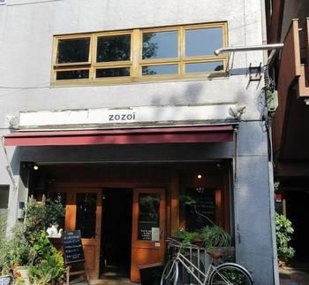 新しいカフェが続々とオープンする池袋エリアの中でも、 「ZOZOI(ゾゾイ)」は1999年創業の老舗。オーナーが美大出身ということもあり、そのセンスや、パリの専門学校で学んだ室内装飾の知識を活かしたDIYで手がけたそう。