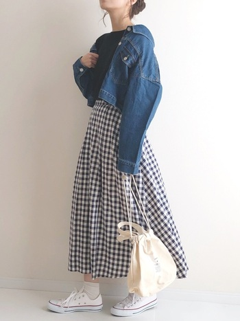 ボリュームのあるフレアースカートは、上半身をコンパクトにまとめてバランス良く着こなすと素敵です。ガーリーな印象のギンガムチェックのフレアースカートとジージャンは好相性◎抜き襟気味に着るとこなれ感がUPしますよ。