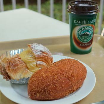 「関口」で特徴的なのが、販売しているパンの種類の多さ。フランスパン発祥店でも、その看板に甘んぜず、創意工夫を凝らし、バラエティ豊かに、日々焼きたてパンを並べています。  【販売されているパン、ドリンクは、店内イートインスペースで自由に頂くことが出来る。(画像は、自家製カスタードクリームがたっぷり詰まった『シューデニッシュ』、サクサクふんわりのパンとマイルドなカレーが絶妙と人気の『カレードーナッツ』。)】