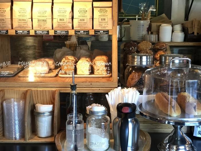 ハンドドリップで淹れるコーヒーの香りに包まれた店内。カウンターにはおしゃれなパンやケーキなどが並び、乙女心をくすぐります。