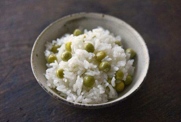 えんどう豆といえば、豆ご飯。こちらは、豆を米といっしょに炊き込む作り方なので、豆の風味がよりご飯になじみます。豆の鮮やかさを生かしたいなら、あとから混ぜ込む作り方もあります。