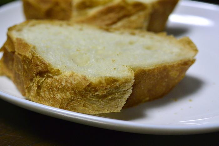 「関口」のフランスパンは、パリッとしながらもクラストは薄めで香ばしく、むっちりと心地良い弾力があるクラムは、しっとりして、噛む程に穀物の甘みが広がります。翌日でも美味しく頂ける軟らかさがあり、トーストすると、焼きたての美味しさが復活すると評判です。【明治期からの製法で焼き上げている「フランスパン」】