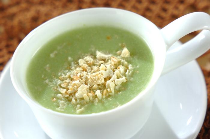 えんどう豆や玉ねぎなどをスープで煮て、豆腐や牛乳などとともにミキサーにかけます。味を調えたら、砕いたクラッカーをトッピングして完成。春にしか味わえない爽やかなポタージュスープです。