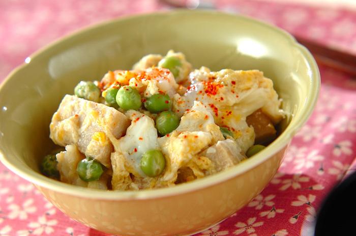 えんどう豆と高野豆腐の組み合わせは、人気ですね。豆の風味豊かなだしを高野豆腐がたっぷりと含み、滋味あふれる卵とじになります。こちらは、えびも使用していますのでボリューム感もアップ!