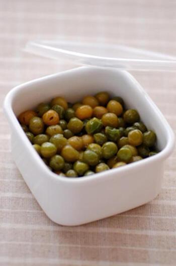 こちらは、グリーンピースの甘煮。おかずにもお弁当にもうれしい一品です。材料は2つだけですので、とても簡単。料理の材料としてもさまざまな使いみちがありそうですね。