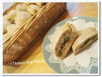 リュスティックは、フランスパンの一種で、水分が多いのが特徴だとか。生地を長方形に伸ばし、青えんどうを甘く煮たうぐいす豆をたっぷり散りばめ、折りたたんで焼きます。