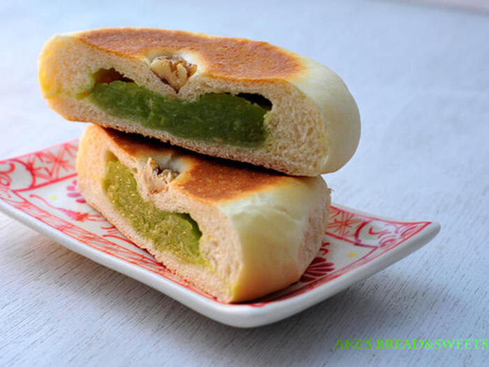 こちらは、うぐいすあんがたっぷりのうぐいすパン。うぐいすあんは、市販のものもありますが、せっかくの旬の季節には、フレッシュなもので手作りするのもいいですね。