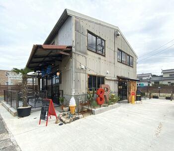 掛川駅から徒歩6分のところにある「3Rings Grill&Burger」は、倉庫をリノベーションしたスタイリッシュなクラフトバーガーのお店。キッズメニューもあるので、お子さん連れにもおすすめです。
