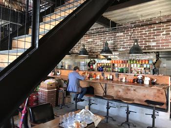 吹き抜けの高い天井が印象的な店内。ブルックリンスタイルと昭和に建てられた倉庫、それぞれの良さが活かされたおしゃれな空間です。