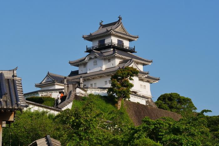 """室町時代に築城された歴史ある「掛川城」は、掛川駅から徒歩10分のところにあります。戦国時代には、豊臣秀吉の直臣だった山内一豊が城主となり、天守閣や大手門の建設をはじめ、城下町の整備などにも力を注ぎました。その美しさは""""東海の名城""""と呼ばれるほどだったそう。その後、天守閣は度重なる地震で倒壊してしまいましたが、1994年に日本初の「本格木造天守閣」として復元されました。"""