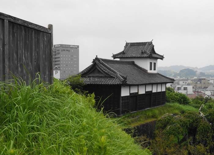 「太鼓櫓」は、城下に時間を知らせるための大太鼓を納めていた建物。戦いの合図の目的もあったため、高台の眺めの良い場所に建てられいるそう。外観しか見学できませんが、はるか昔に想いを馳せてみませんか?