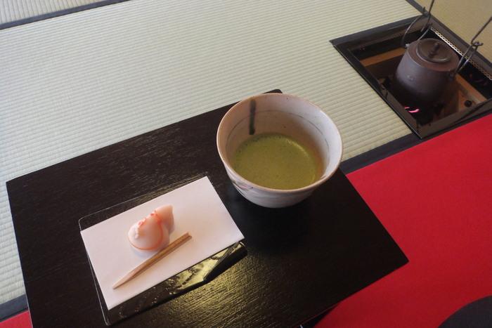 二の丸御殿の隣にある「二の丸茶室」では、お茶を楽しむこともできます。伝統的な数寄屋造りの建物で、掛川茶の煎茶や抹茶をいただけば、心落ち着く贅沢な時間が過ごせます。