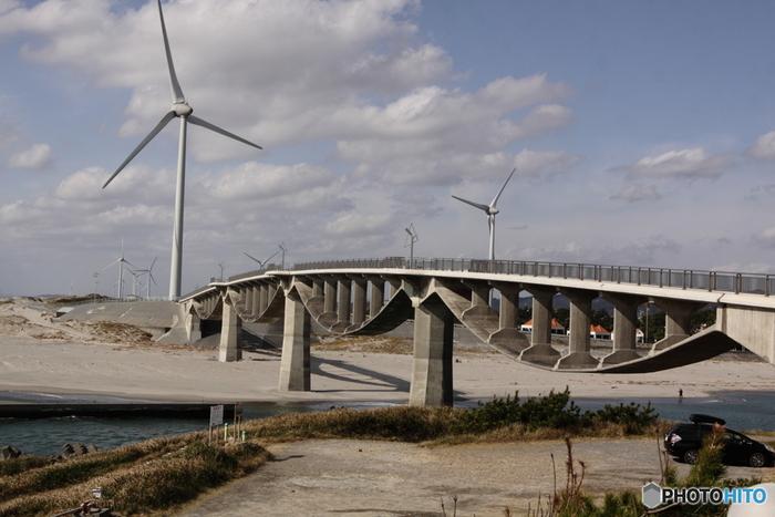 """菊川河口にかかる「潮騒橋」は、1995年の開通以来、地元の方に親しまれているシンボルです。自転車と歩行者専用の道路橋で、232mの長さは国内最長。""""4径間連続上路式PC吊床版橋""""という世界的にも珍しい構造です。"""