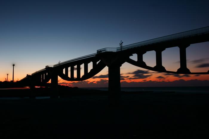 橋からは遠州灘が見渡せる絶好のロケーション。夕暮れ時は、昼間とは違った美しさがあります。サイクリングや散策途中に立ち寄ってみませんか?