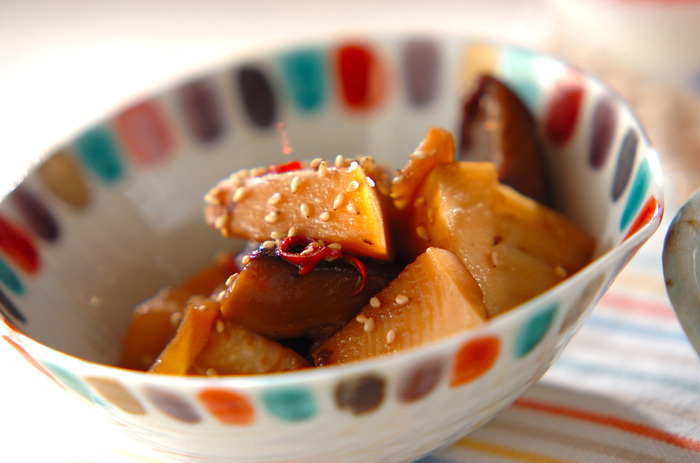 たけのことたっぷりの干ししいたけで作るタケノコの中華煮。ごま油やオイスターソースが入った中華ソースの美味しさに、何度もリピしたくなりそう。