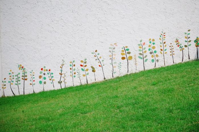 外壁には、学園の子どもたちによるカラフルな草木が元気いっぱい描かれています。館内も、子どもたちのまっすぐな眼差しと心を通して描かれた絵画を見ることができますよ。