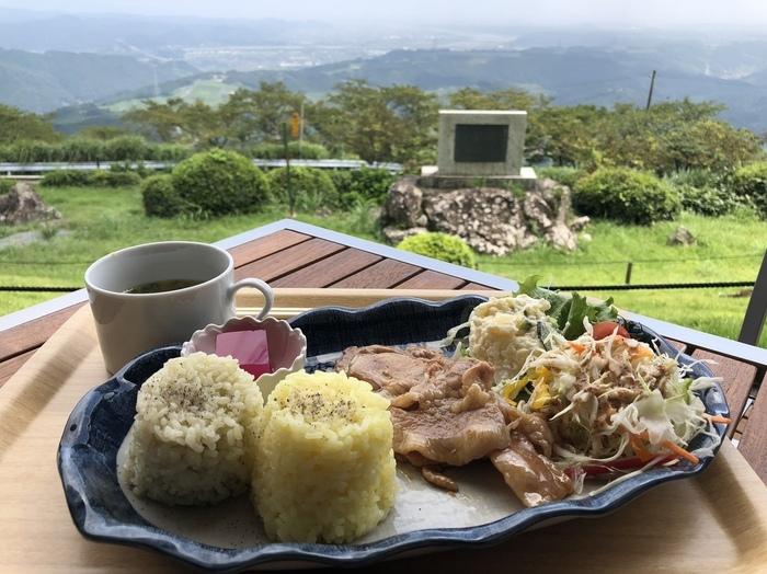 """たくさん歩いておなかが空いたら、「粟ヶ岳世界農業遺産茶草場テラス」でランチをしましょう。2種類の茶めしや、静岡産のブランド豚""""金豚王""""の生姜焼きがのった「かっぽしランチ」など、掛川の味を楽しめますよ。"""