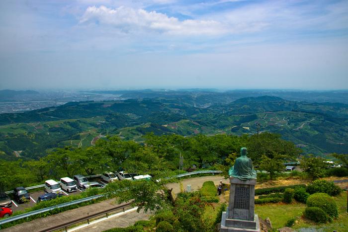 山頂の展望台からは、一面に広がる茶畑や駿河湾、遠くに富士山を見ることもできます。桜の名所としても知られ、春になると500本もの桜が山をピンク色に染めています。