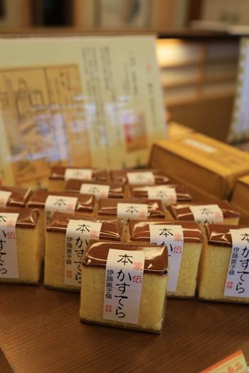 掛川駅から歩いて5分ほどのところにある「伊藤菓子舗」は、明治25年創業の老舗和菓子店。こちらの『家伝 本かすてら』は、最高級の小麦粉と地元産の新鮮卵を使って焼き上げたやさしい味わいが特徴。緑茶とも合うので、お茶とセットでお土産にするのも良いですね。