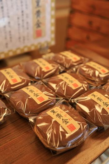 もうひとつの人気和菓子「黒黄金」は、黒砂糖を練り込んだ生地に粒あんをサンドしたオリジナルのどら焼きです。桜餅やかしわ餅など、季節の和菓子も多く並んでいるので、少しずつ詰め合わせてお土産にするのもおすすめですよ。