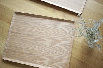 木目が美しい「滑り止め加工 木製トレー」は、その名の通り、トレーを傾けても滑りにくいのが特徴です。カラーはナチュラルとウォールナットの2色。サイズは、S・M・Lの3種類あります。