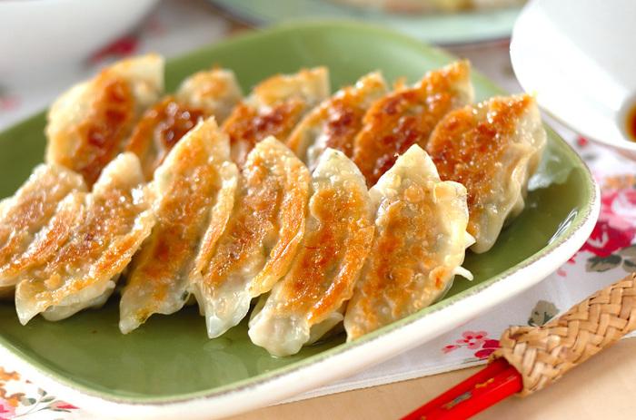 5mm角に切ったタケノコと豚挽き肉、ネギで作る餃子の具。タケノコが入ることで食感がシャキシャキに。食感だけでなく味付けもあっさり美味しいので、つい食べ過ぎてしまいそう。