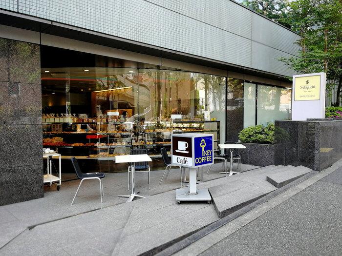 「関口フランスパン」は、日本で初めて本格的フランスパンを製造販売した老舗ベーカリーです。 邦画「寅さん」にも登場し、食通でも知られる世界的映画監督・小津安二郎が贔屓にしたことでも知られ、今もなお多くの人々に支持されている人気店です。【目白坂にあるニチバン本社ビル1階の「関口フランスパン 本店」】