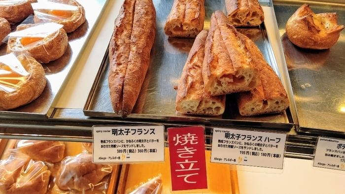もちろんお勧めは、創業以来の伝統味であるフランスパン、『バゲット』や『ガレット』。散策のお供やランチで頂くのなら、フランスパン生地の『ソーセージフランス』や『明太子フランス』、『ピーナッツフランス』等など。お土産なら『低温冷蔵長時間発酵バゲット』や『ハードトースト』といった食事パンです。