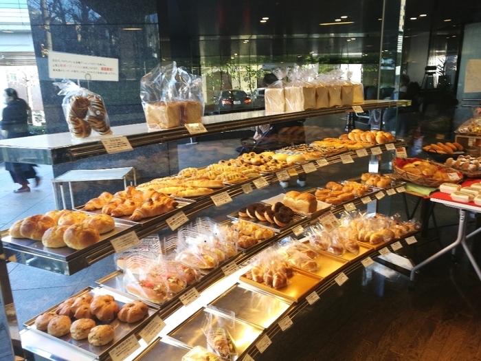 食パンやロールパンといった食事パン各種の他、サンドイッチや惣菜パンも揃い、デニッシュ系、ドーナッツ類、菓子パン類も、種類豊富で色とりどりです。さらに唐揚げやハッシュポテト等の惣菜、ピザなどもあり、目移りするほど様々な種類のパンが店内にずらりと並んでいます。