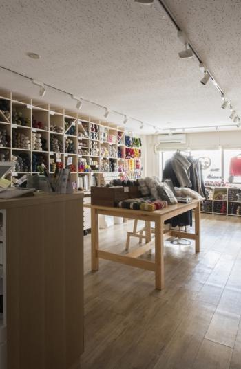 東京メトロ・表参道駅から4~5分ほどの南青山の路地に。 京都に本拠を置き、若い世代向けに編み物関連の本やオンラインマガジンを発行する「amirisu(アミリス)」が運営する毛糸専門店です。