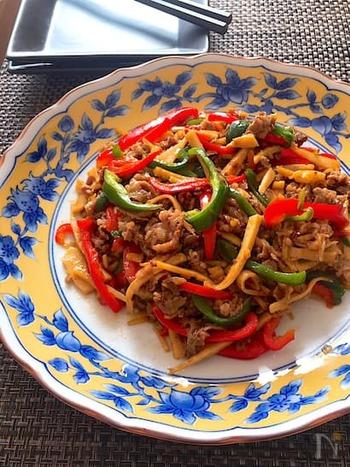 たけのこの食感を楽しめる料理で思い浮かべる人が多い、青椒肉絲(チンジャオロース)。こちら、たけのこ、牛こま、ピーマン、パプリカで作る青椒肉絲は、ごはんにもお酒にもあいます。パプリカは入れると彩りがよくなり、ピーマン嫌いの子どもでも喜んで食べてくれそう。