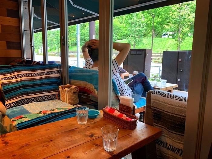 木目調のインテリアが心地良い店内はもちろん、テラス席からは代々木公園の緑がよく見えます。ゆったりとソファに座って外を眺めていると、都心にいることを忘れてしまいそう。