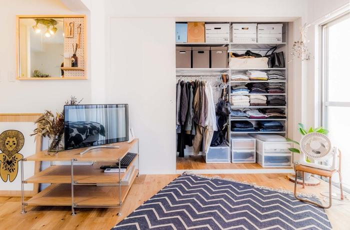 こちらのお部屋のテレビボードにはオープンシェルフを使っています。テレビが見やすい高さになる上に、たくさんのものを収納できるスペースにも。家具の使い方を柔軟に考えると狭い部屋も有効的に使えます。