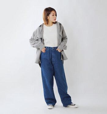 ゆったりと履けるデニムワイドパンツに、白トップスとグレーのビッグシルエットシャツを合わせたカジュアルなコーディネートです。足元はスニーカーをチョイスして、ボーイッシュな雰囲気に。