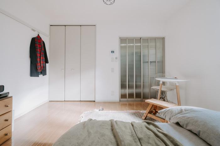 家具を置けば置くほど部屋が狭く見えるのは、壁や床が見えなくなることも大きな要因です。そのため、床や壁がたくさん見えるように意識して家具を配置すれば、圧迫感が少なくなって部屋が広く感じられます。片方の壁側に家具を全て寄せるだけでも効果的。