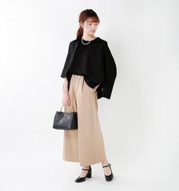 ベージュのワイドパンツに、黒のブラウスを合わせたキレイめコーディネート。黒のジャケットを肩から羽織って、きちんと感を高めています。バッグとシューズも黒で揃えて、ちょっとしたお呼ばれにもOKな上品春スタイリングの完成。