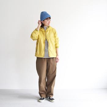 ブラウンカラーのワイドパンツに、ボーダートップスとスニーカーを合わせたベーシックなコーディネート。そこに水色のニット帽と黄色のライトアウターを合わせれば、着映えするカラーリングのコーデにアップデートできます。春色を取り入れたスポーティーな着こなしで、新しい季節を迎えましょう♪