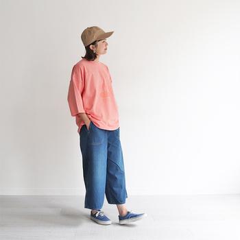 ちょっぴり短め丈のデニムワイドパンツに、ピンクのゆるトップスを合わせた爽やかカジュアルな春コーデ。足元はデニムとカラーを合わせたブルーのシューズで、統一感をプラスしています。