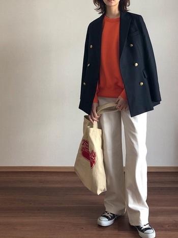 ユニクロの白ワイドパンツに、オレンジトップスとネイビーのジャケットを合わせた春コーディネートです。ジャケットにあえてスニーカーを合わせることで、固くなりすぎず、デイリーコーデとして活用できるスタイリングに。