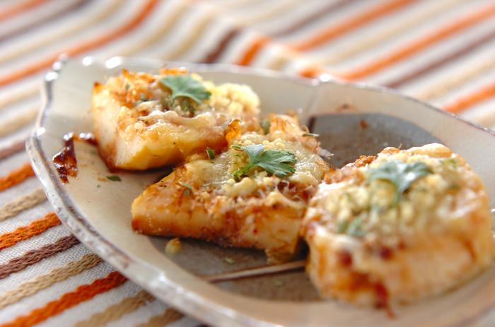 たけのこ、ピザ用のチーズ、パルメザンチーズ、オレガノ、イタリアンパセリと、洋風の香味を使っていながら、味付けはかつお節と醤油といった和の組み合わせが絶妙なチーズ焼き。相性が良いたけのことチーズの料理は、子どもから大人まで人気のレシピです。