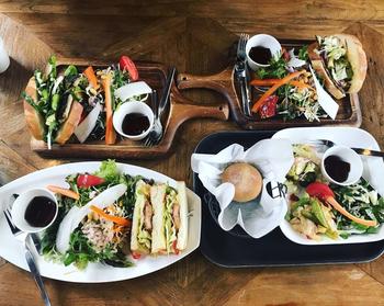ランチプレートのサンドイッチは、卵を使わないパンに、契約農家さんから仕入れた有機野菜をたっぷり挟んでいます。仕入れ状況によって野菜の種類が変わるのも、楽しみのひとつ。ヘルシーで食べごたえのあるランチは、女性を中心に人気です。