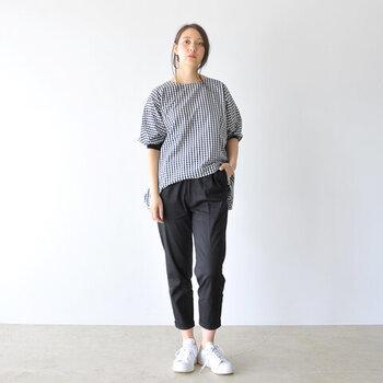 「着る人を凛とさせる服作り」をテーマにスタートしたブランド「MARECHAL TERRE(マルシャルテル)」。こちらは、大人の女性をキレイに見せてくれる素材感とシルエットが魅力のツイルパンツ。