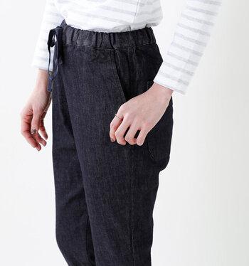年中使える軽めのデニム素材。股上が深めで安心感ある穿き心地。ウエストはゴム&ひも仕様で、ストレスフリーなつくりです。細すぎず太すぎない絶妙なシルエットで、美脚に見せてくれます。