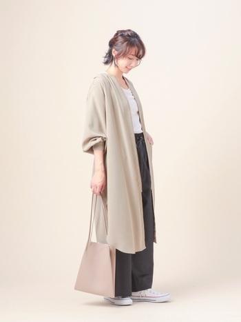 ロング丈のスプリングコートを合わせているけど重たく見えないのは、インナーをすっきりシンプルにしているから。袖はまくって軽快に。