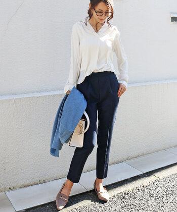 センタープレスの効果で脚長&美脚に見えますね。ホワイトのとろみシャツを合わせてオフィスもOKのコーデに。