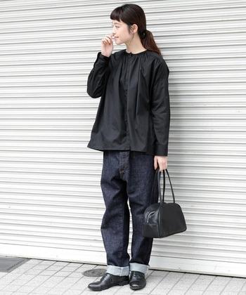 デニムパンツ以外はすべてブラックでまとめた大人カジュアルコーデ。デニムの裾はロールアップしてカジュアル感をプラス。