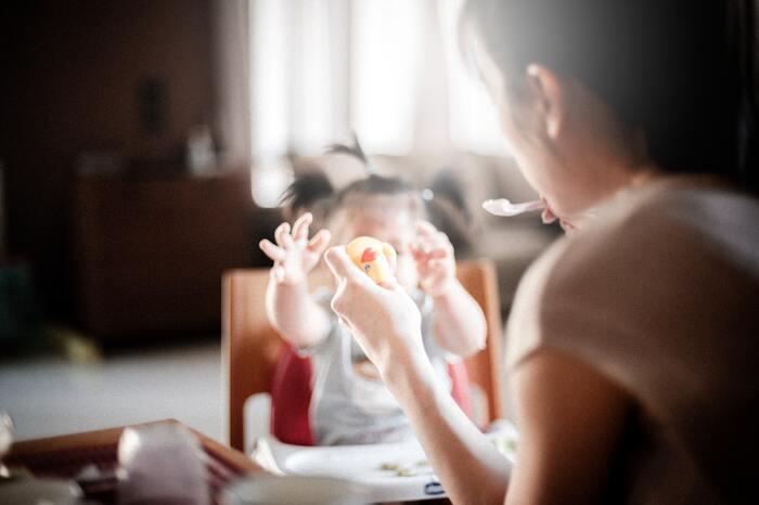 子どもの食卓を支援するために、こども食堂と繋がりを持ってみてはいかがでしょう。  最近耳にすることの多い「こども食堂」とは、地域住民や自治体が運営する、無料~低価格帯で子どもたちに食事を提供する場のこと。