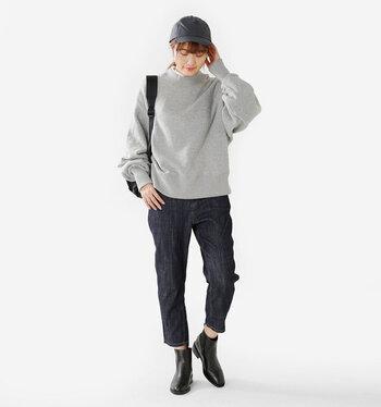 カジュアルにも、フォーマルにも着こなせる「ネイビー」のパンツ。春の着こなしになにかと重宝するので、一本ワードローブに加えてみてはいかがでしょうか?