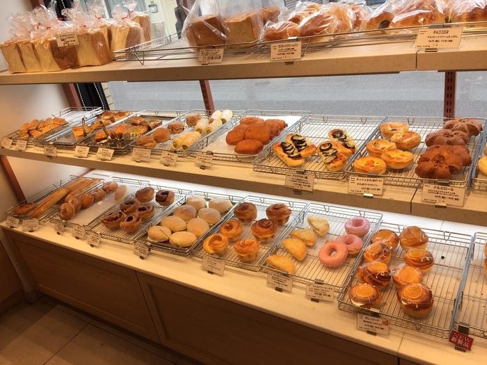 """「関口フランスパン」には、関口の本店以外にも姉妹店が近隣にあります。場所は、本店から歩いて10分程、有楽町線「江戸川橋駅」すぐに店舗があります。  店名の""""パティスリーダノワーズとは、フランス語でデニッシュペストリーのこと""""。デニッシュ系のパンに力を入れた、地域密着型の店舗です。当店舗にも明るいイートインスペースがあり、その場でゆったり頂けます。 【デニッシュペストリー系を中心に、関口の主力商品も種類豊富に並ぶ店内。】"""