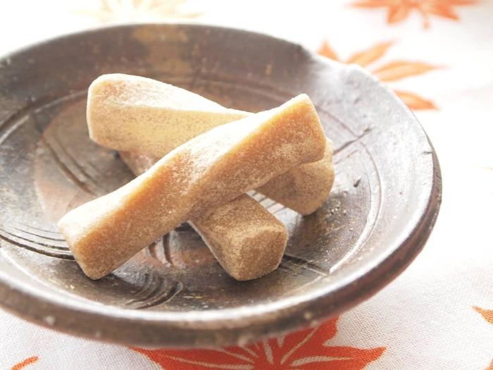 材料はきなことはちみつだけの、きなこ棒。練った生地を棒状にカットし、軽くねじりを加えます。素朴な甘さと香ばしさが楽しめるおやつです。